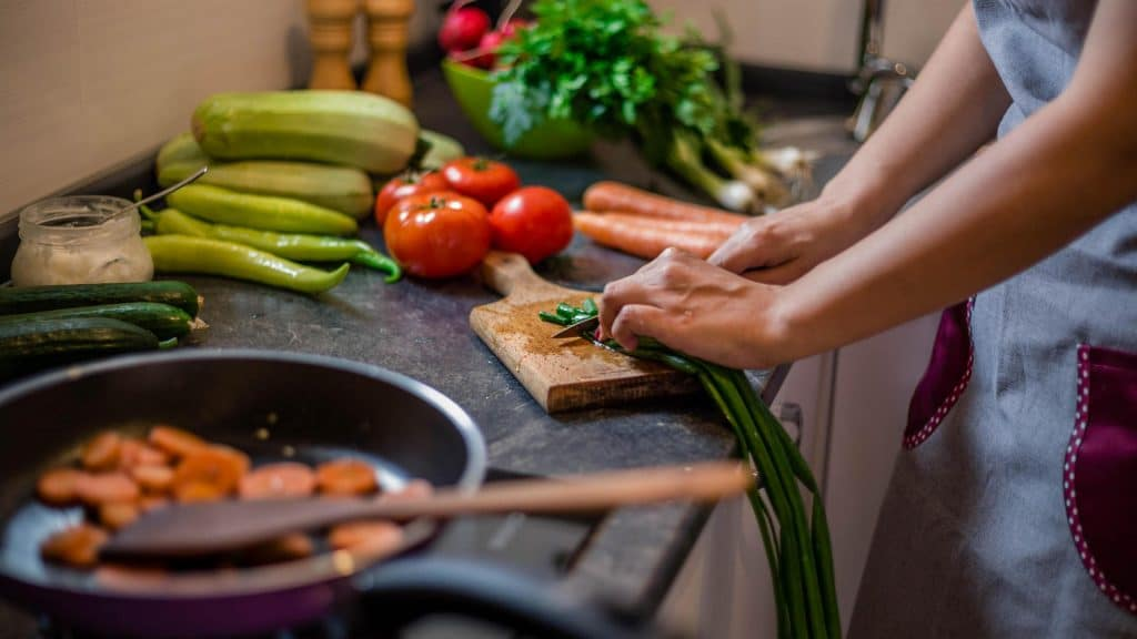 Eine Frau bereitet Essen vor